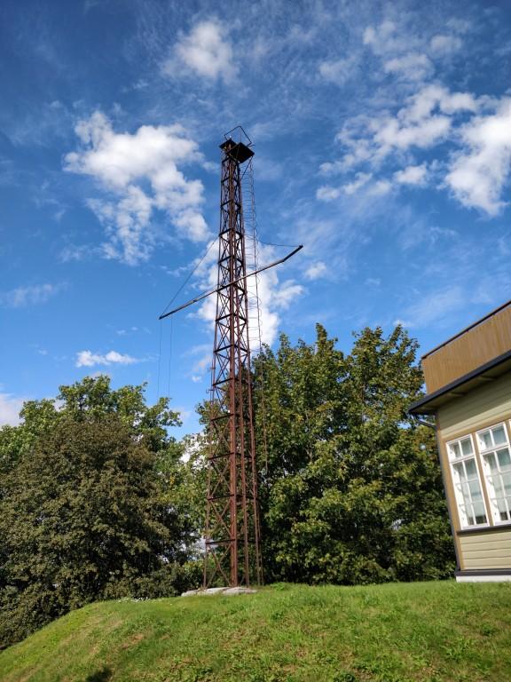 Foto: Jaspar Jõhvik 19.08.2019, vaade Kalda 1a kõrval asuvale signaaltornile.