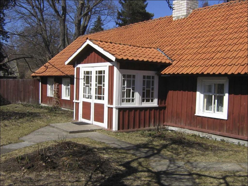 Elamu Kärdlas Kalda tänav 3  Autor D. Lukas  Kuupäev  21.04.2006