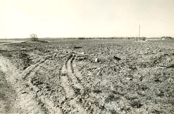 Asulakoht (vasakul kivikalme nr 10585) - põhjast. Foto: M. Pakler, 10.05.1988.