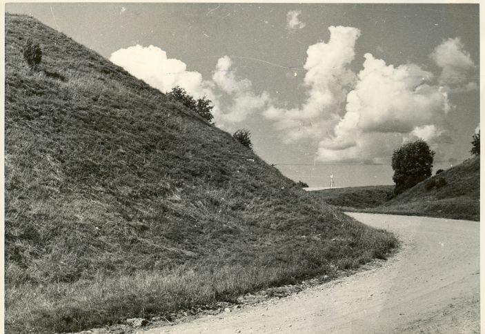 Pada linnamägi - lõunast. Foto: H. Joonuks, 1977.