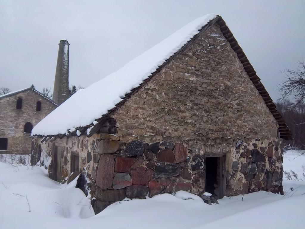 Vaade Lohu mõisa sepikojale tee poolt (vaade edelast). K. Klandorf 21.02.2012