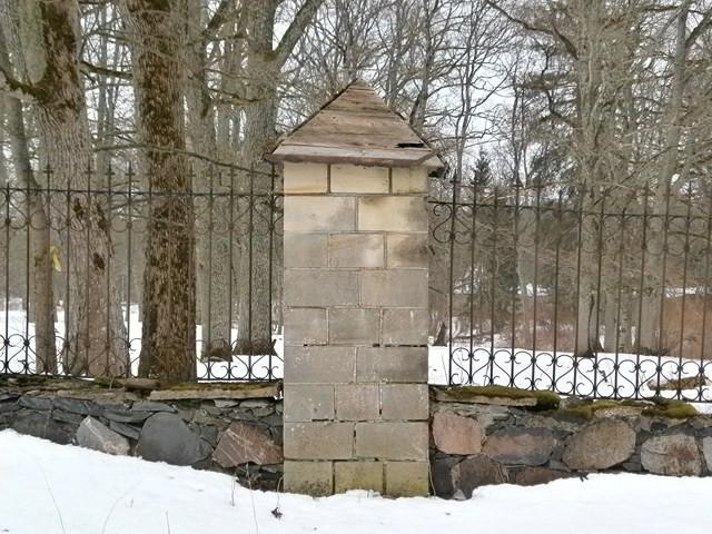 Purdi mõisa pargi piirdemüüri post. Foto: Kadri Tael 16.03.2012
