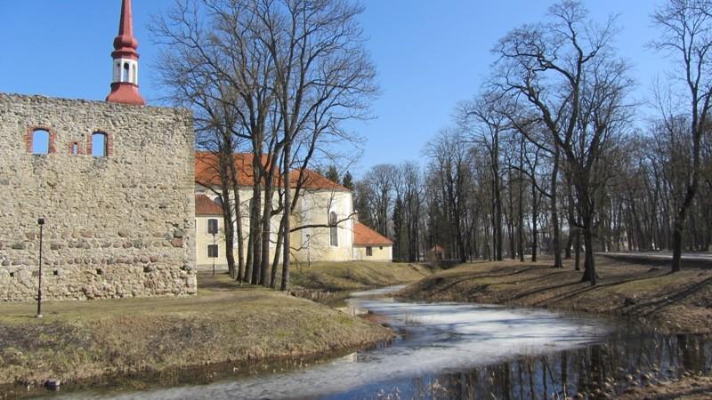 Vaade Põltsamaa linnusele, kirikule ja neid ümbritsevale vallikraavile läänest. Foto: Karin Vimberg, 12.04.2012.