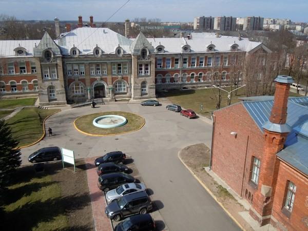 Kreenholmi uus haigla. Paremal all: Kreenholmi vana haigla. Foto: Madis Tuuder. 23.04.2012