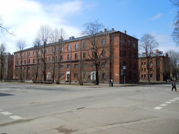 Kreenholmi elukasarm, Joala tn. 10. Taga: elukasarm, Gerassimovi tn. 3. Foto: Madis Tuuder. 23.04.2012