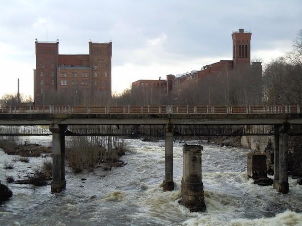 Kreenholmi Georgi vabriku hoone (vasakul) ja Joala vabriku hoone (paremal). 26.04.2012. Foto: Madis Tuuder