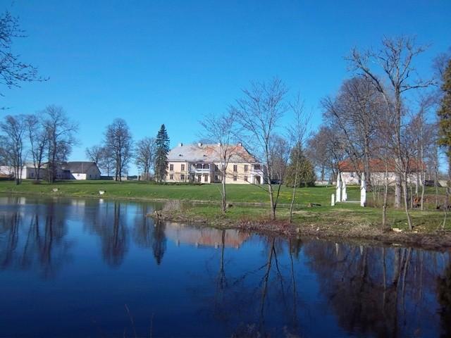 Lohu mõisa vaade jõe vastaskaldal asuvast metsapargist. K. Klandorf 02.05.2012
