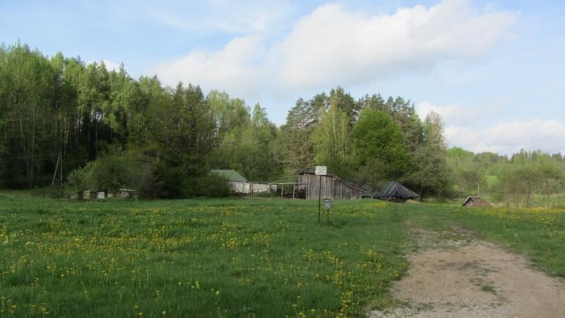 Vaade mälestise kaitsetahvlile Rõngu-Otepää-Kanepi maanteelt. Foto: Karin Vimberg, 17.05.2012.