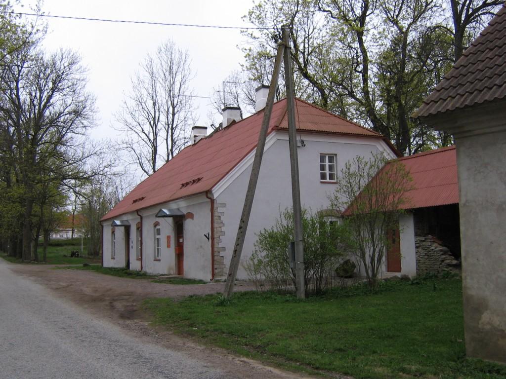 Sagadi mõisa moonakate-maja 1 : 15946.vaade põhjast, taamal näha mõisa peahoone.  Autor ANNE KALDAM  Kuupäev  11.05.2007