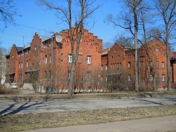 Kreenholmi meistrite elamud. Vasakul - Joala 28; paremal - Joala 26. Foto: Madis Tuuder. 22.04.2012.