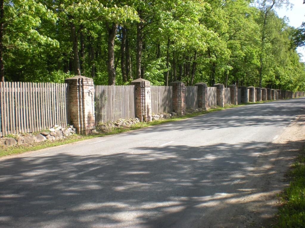 Aruküla mõisa pargi piirdemüür koos sepisväravaga Tiit Schvede 01.06.2012