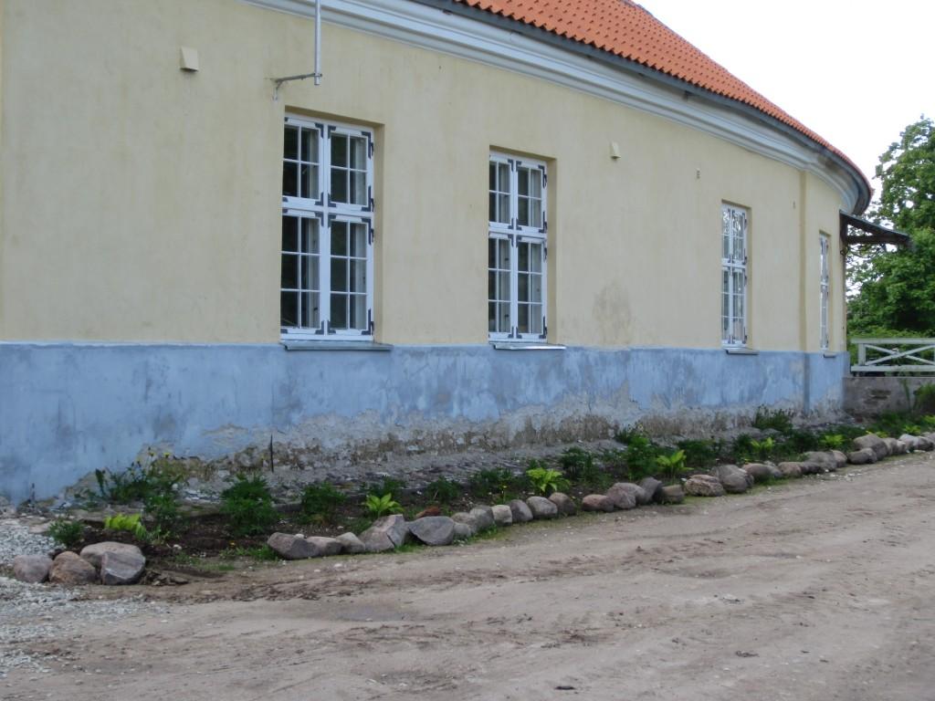16082 Kiltsi mõisa valitsejamaja , 05.06.2012. Anne Kaldam, näha hoone sokliosa krohvikahjustused.