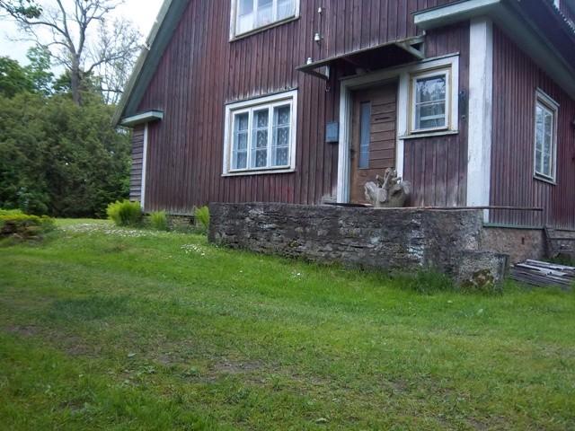 Vigala kivilinnuse müüridele 1939. aastal ehitatud elamu. K. Klandorf 05.06.2012