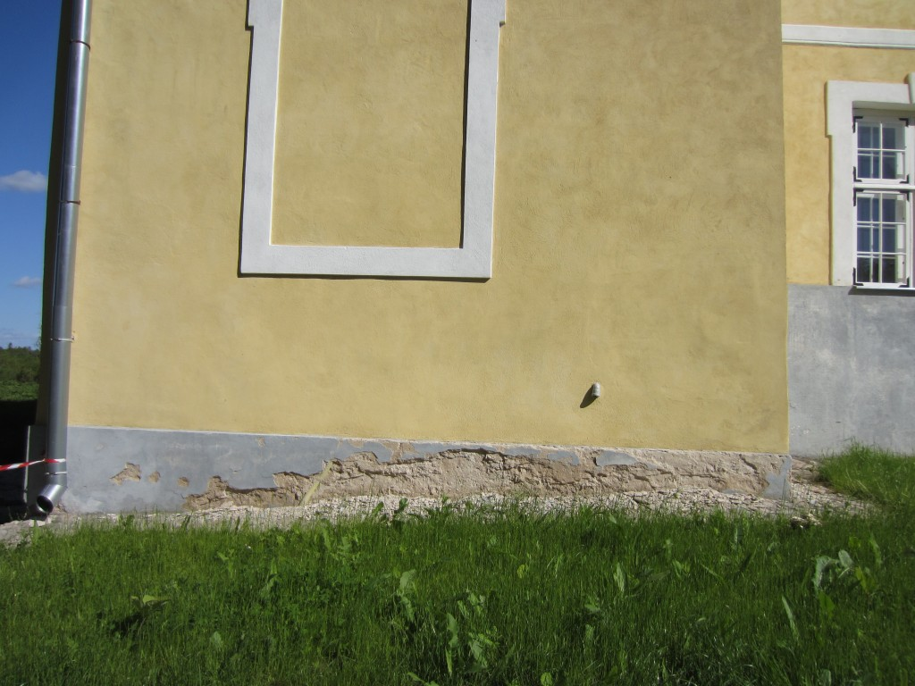16079 Kiltsi mõisa peahoone, vaade sokliosale - näha niiskuskahjustused. 05.06.2012. Anne Kaldam