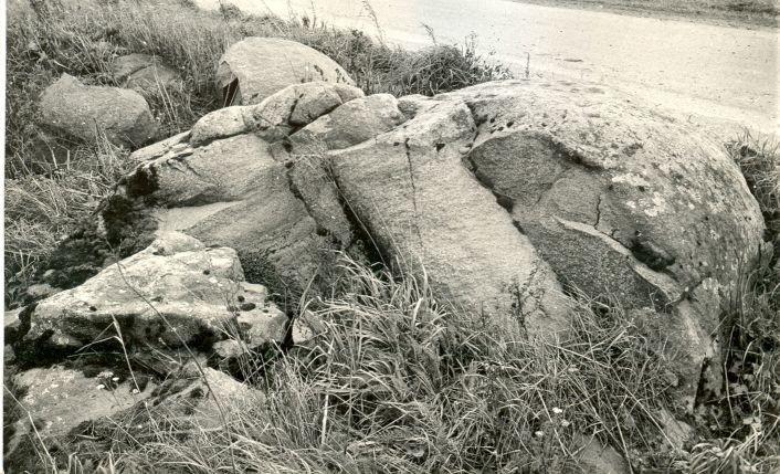 Kultusekivi - läänest. Foto: E. Väljal, 20.10.1986.