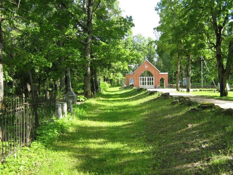 Suure-Jaani kalmistu. Vaade väravale. Foto: Anne Kivi, 13.06.2012.