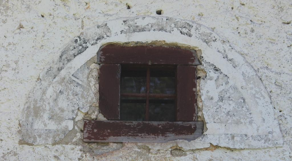 Vardi mõisa ait-kuivati, detail loodepoolsest seinast. Tagaküljel on kolm akna maalingut, mille kohale on hiljem erineva kujuga aknad ehitatud. K.Milsaar 21.06.2012.