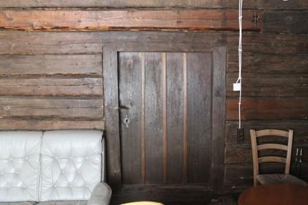 Palkvahesein ja uks Ruunavere postijaama postipoiste majas. K. Milsaar 21.06.2012