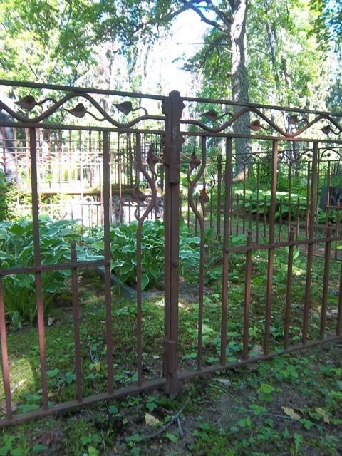 Erinevaid hauaplatside piirdeid Käru kalmistul. K. Klandorf 22.06.2012