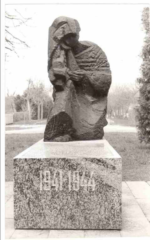 II ms hukkunute ühishaua tähis. Orissaare alevik. Foto: Enno Väljal, 1982