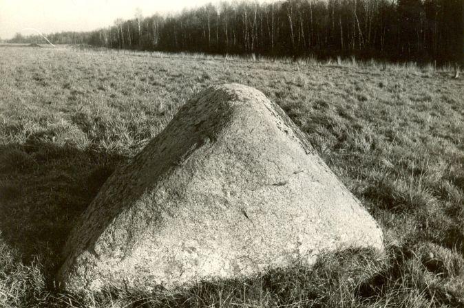 Kultusekivi - edelast, E. Väljal, 27.okt.1987