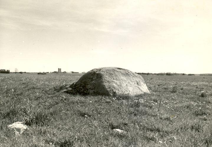 Kultusekivi - läänest, R. Kärner, 8.mai 1990