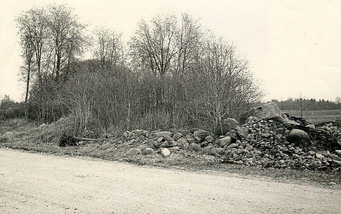 Maa-alune kalmistu - edelast. Foto: E. Väljal, 04.05.1984.