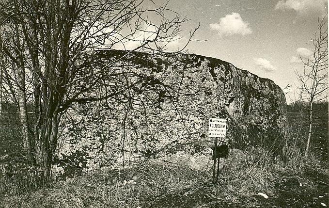 Kultusekivi - lõunast. Foto: E. Väljal, 1980ndad aastad.
