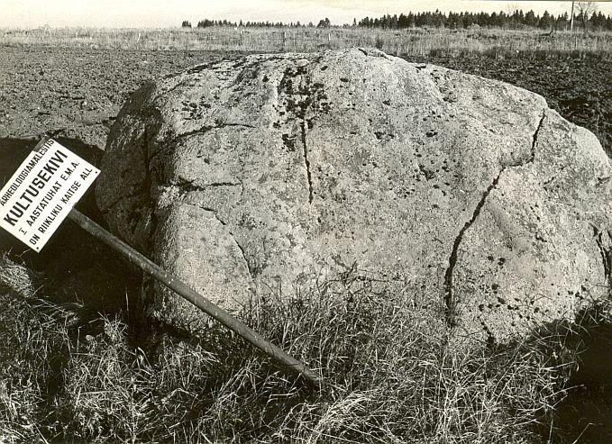 Kultusekivi - läänest, E. Väljal, 24.okt.1987