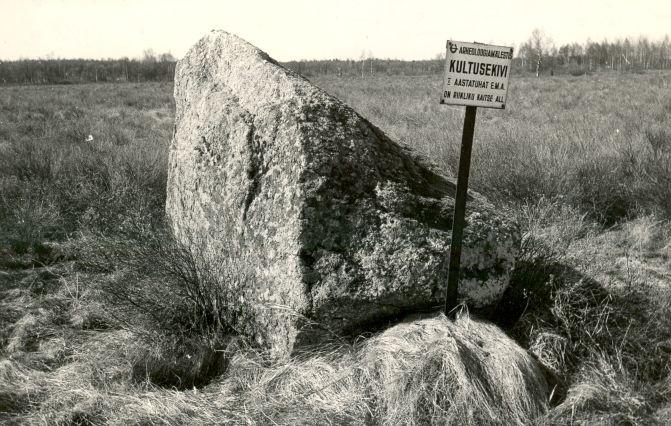 Kultusekivi - kirdest, E. Väljal, 1980ndad