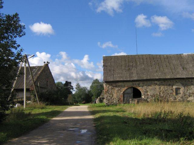 Aavere mõisa karjakastell :16075vaade siseõuest kirdest-kasutuses olevad  Autor Anne Kaldam  Kuupäev  31.08.2007