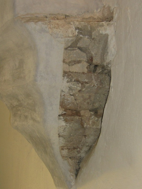 Viru-Nigula kirik nr. 16057vaade , väljapuhastatud detail pikihoone lääneseins, rõdu pealt vaadatuna.  Autor Anne Kaldam  Kuupäev  11.09.2007