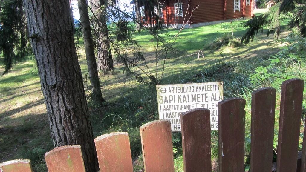 Vaade Sapi kivikalmete ala tähisele Kuuse kinnisul. Foto: Karin Vimberg, 30.08.2012.