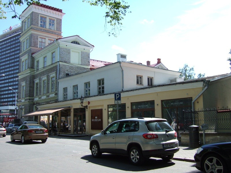 Vana-Viru tänava poolne külg hilisemate juurdeehitustega. Foto: juuni 2012