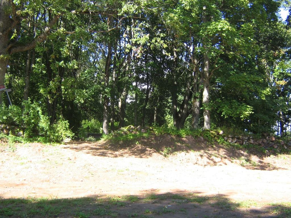 Selline on kalmistu piire tagaküljel: muldvall ja maakivimüür. Foto Viktor Lõhmus 06.09.2012