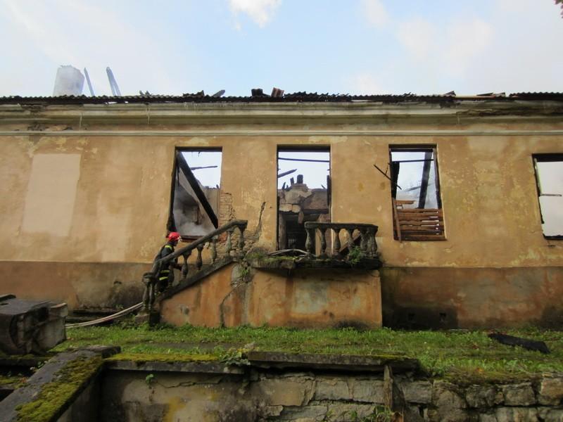 15815 Uhtna mõisa peahoone, näha põlengu (11.09.12) kahjustused, kustutustööd käivad. 11.09.12 Anne Kaldam