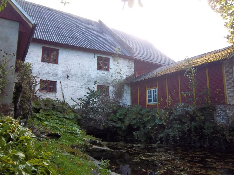 Kabala mõisa vesiveski veekanal, hoone tagakülje vaade. K. Klandorf 21.09.2012