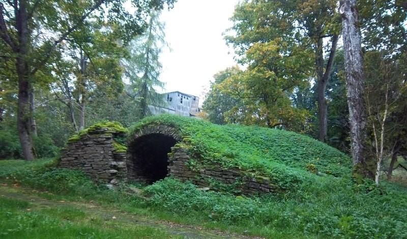 Kasti mõisa jääkelder, vaade kagusuunast. K. Klandorf 27.09.2012