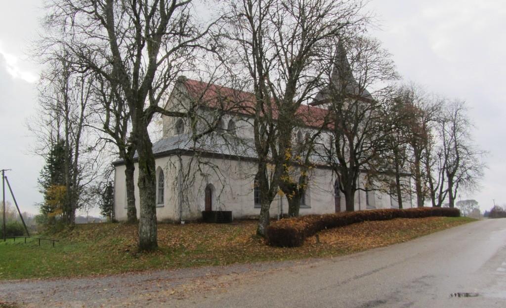 Vaade Urvaste kirikule ja kirikaiale põhjast. Foto: Karin Vimberg, 16.10.2012.