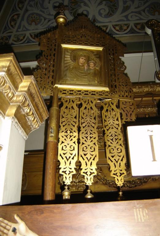 """Kirikulipp ikoonidega """"Ülestõusmine"""" ja """"Kaasani Jumalaema"""". 19. saj. lõpp või 20. saj. algus (messing, õli). Foto: S. Simson 13. 06.2006"""