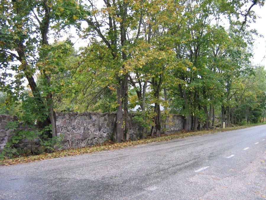 Koikküla mõisa aia piirdemüür Foto autor M-L Paris 2012