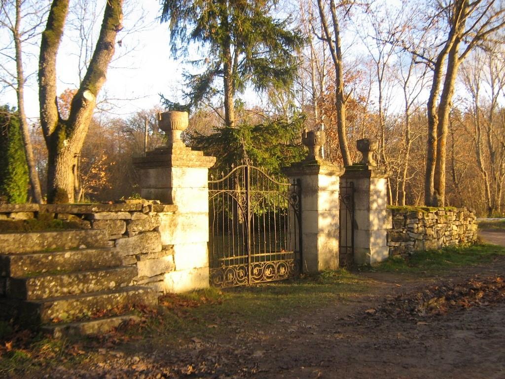 Kudjape kalmistu värav. Foto: Rita Peirumaa. Kuupäev: 31.10.2012