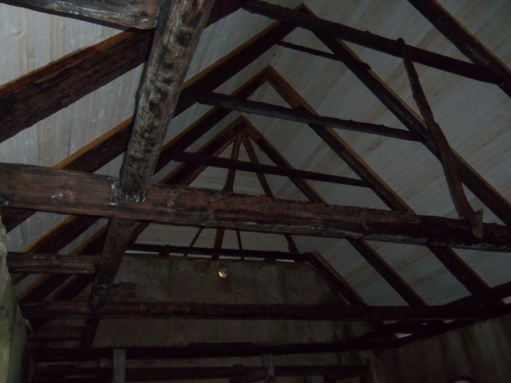 Kabeli katuse kandekonstruktsioonid, mis jäid pärast põlengut ja restaureerimist alles. Foto Silja Konsa, 31.10.2012.