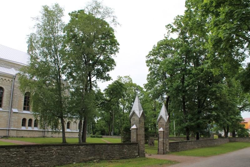 Rapla kirikuaia ja piirdemüüri vaade jõe poolt. Foto Kaisa Milsaar 11.06.2012