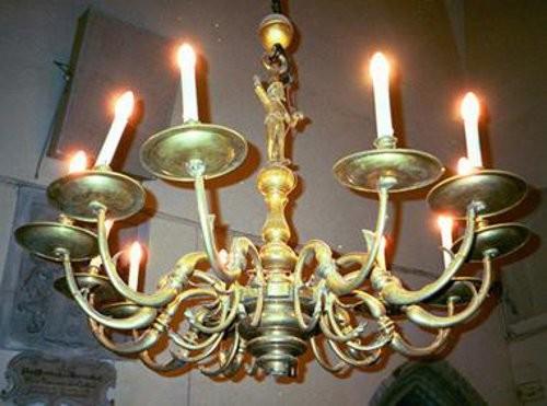 Kroonlühter Kristuse figuuriga, kaheteistkümne tulega. 17. saj. I pool (messing) Foto: L. Krigoltoi, 2001