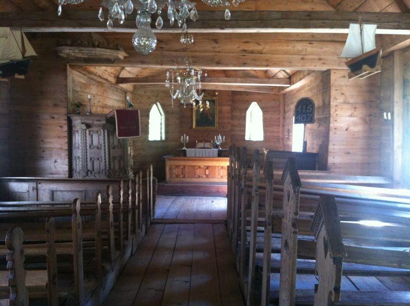 Ruhnu kiriku interjöör, vaade altari poole.  Foto: Rita Peirumaa, 31.juuli 2012.