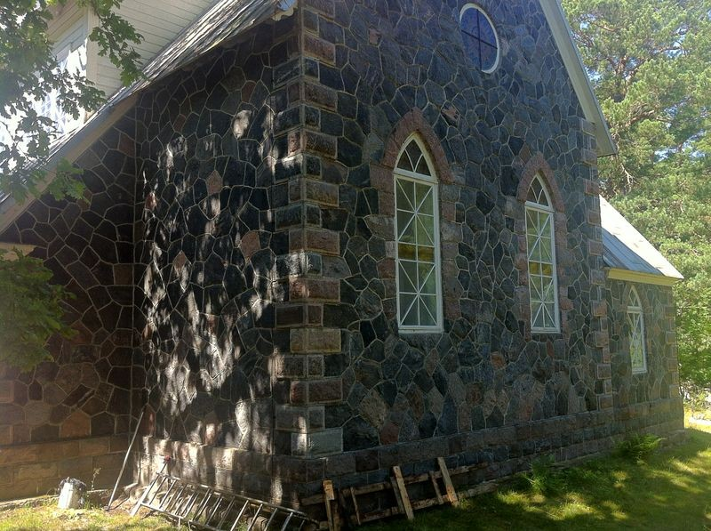 Ruhnu kirik. Tagafassaad. Foto: Rita Peirumaa, 31.juuli 2012.