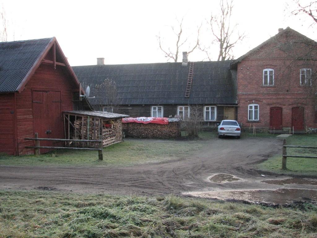 Jäneda mõisa kaalukoda (15050) vasakul ning Jäneda mõisa valitsejamaja (15047), vaade hoonetele põhjast. Foto: M.Abel, kuupäev 27.11.12