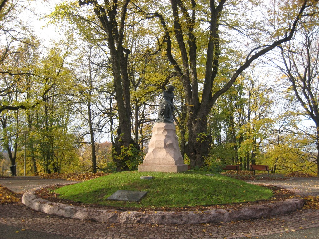 Monument «Linda», A. Weizenberg, 1920 (pronks, graniit). Foto: V. Leitsar, 15. mai 2012