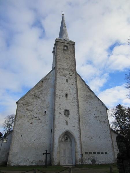 Vaade kiriku läänepoolsele sissepääsule, rist paremal ukse kõrval. Foto: Anne Kaldam 8.11.2012.